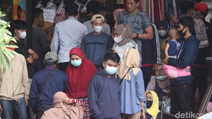 Warga padati sejumlah pusat perbelanjaan di Kota Bandung.