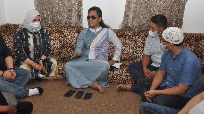 Astra Credit Companies  bersama dengan Ponpes Ora Aji asuhan Gus Miftah penyerahan bantuan untuk anak yatim dan santri pada acara 'Ponpes Ora Aji Berbagi'