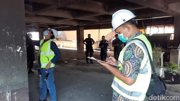 Asesmen audit kelayakan struktur bangunan pada Blok C Pasar Minggu yang terbakar. (Afzal Nur Iman/detikcom)