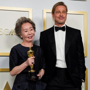 Gaya Rambut Cepol Brad Pitt di Oscars 2021 yang Bikin Heboh