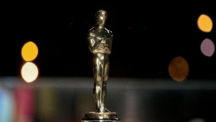 An Oscars statuette on display at a screening of the Oscars in Paris, France April 26, 2021. Lewis Joly/Pool via REUTERS