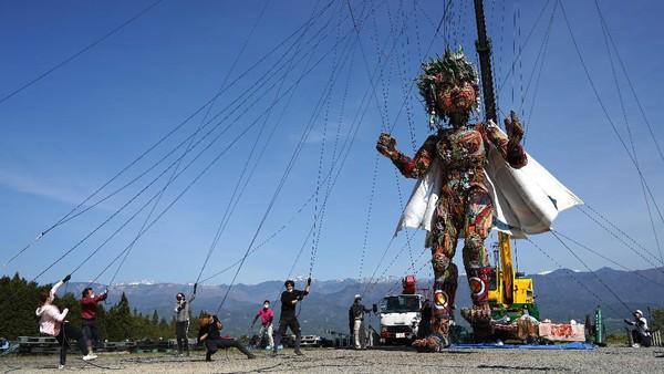 Penyelenggara Olimpiade Tokyo menciptakan boneka setinggi sekitar 10 meter untuk melambangkan semangat masyarakat dari daerah yang terkena gempa dan gempa 2011 lalu.