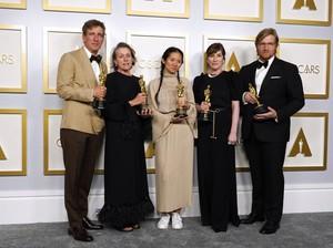 Gaya Chloe Zhao Pecahkan Rekor di Oscar 2021, Santai Pakai Sneakers Putih