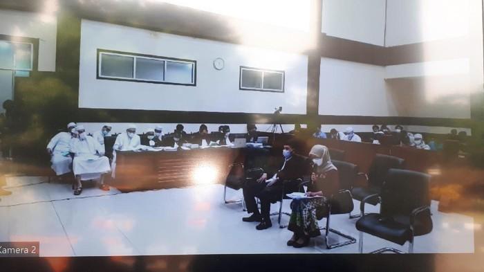 Foto suasana sidang Habib Rizieq yang disiarkan dari layar monitor PN Jaktim