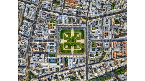 Melakukan penerbangan rendah dan memotret lanskap pusat kota, termasuk Paris, adalah hal yang paling sulit dilakukan. Namun Jeffrey Milstein bisa melakukannya. Ini potretPlace des Vosges.