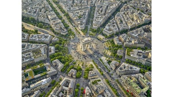 Jeffrey Milstein dan tim melakukan proses pengajuan selama tiga bulan. Mereka berpendapat bahwa proyek tersebut akan menjadi kepentingan publik. Ini foto Arc de Triomphe dari atas.