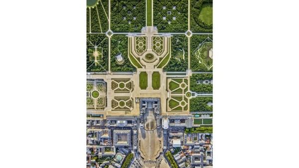Ini Gardens at Versailles. Yang sangat unik tentang Paris adalah ketinggian dan estetika bangunannya yang seragam. Milstein diberi dua kali penerbangan melintasi kota.
