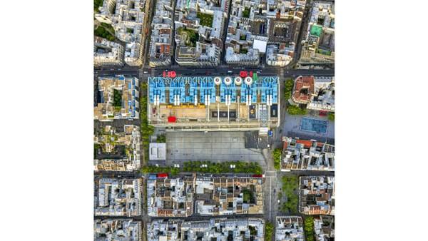 Milstein menangkap sebagian besar landmark terkenal di pusat kota Paris, dengan satu pengecualian penting. Otoritas kota melarang pengambilan gambar Katedral Notre Dame, yang masih ditutupi kain setelah kebakaran dahsyat tahun 2019 lalu. IniCentre Pompidou.