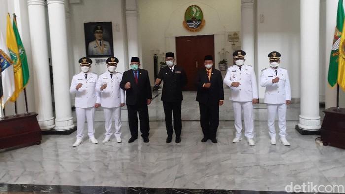 Gubernur Jabar Ridwan Kamil lantik Bupati Bandung dan Bupati Tasikmalaya.