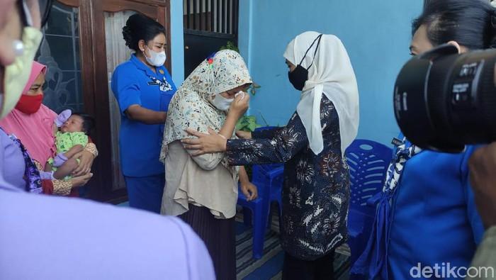 Gubernur Jawa Timur Khofifah Indar Parawansa mengunjungi tiga keluarga prajurit awak kapal selam Nanggala 402 di Sidoarjo. Selain menyampaikan duka cita mendalam, Khofifah juga memberi motifasi kepada mereka, Senin (26/4/2021) siang.