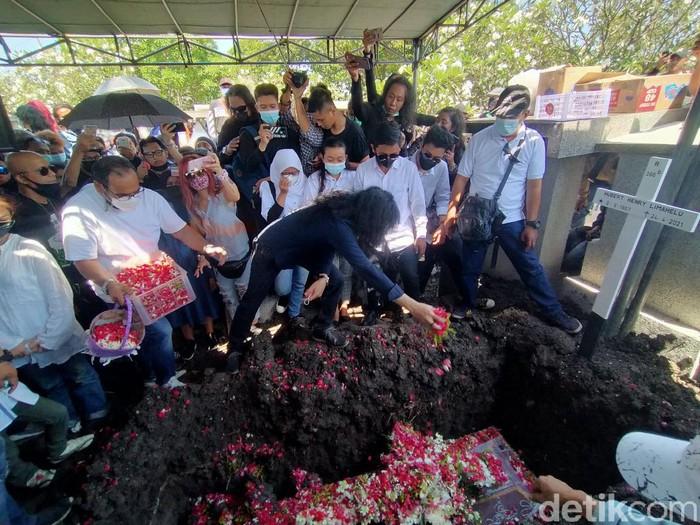 Bassist Boomerang, Hubert Henry Limahelu meninggal dunia pada Sabtu (24/4). Kini, jenazahnya dimakamkan di Pemakaman Umum Kembang Kuning, Surabaya.