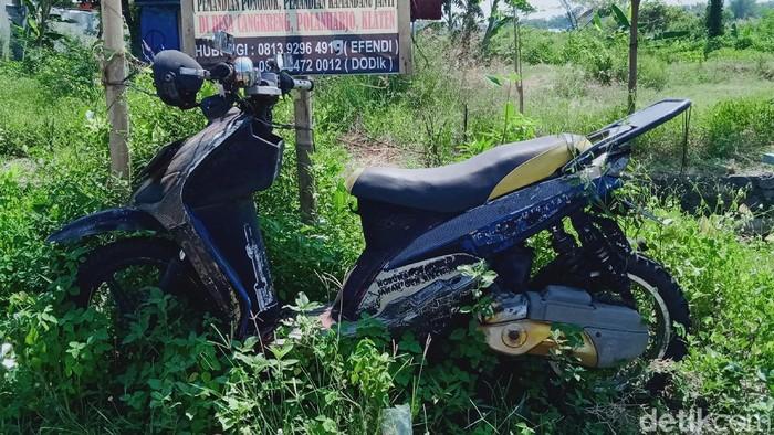 Satu unit motor jenis matik sudah bertahun-tahun terparkir di tepi Jalan Penggung-Jatinom, Klaten, Jawa Tengah. Misterinya pun terungkap, penasaran?