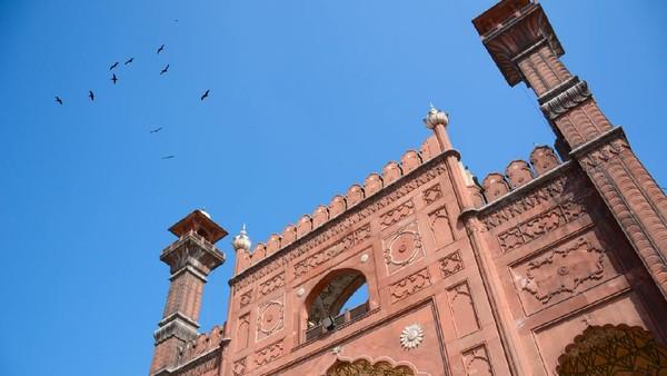 Masjid dengan tiga kubah putih ini memailiki delapan menara setinggi 60 meter di berbagai sudut. Ruang sholatnya terbagi menjadi tujuh bagian dengan menggunakan lengkungan multifoil yang didukung pilar-pilar berat. (iStock)