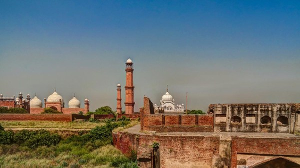 Kemegahan masjid Badshahi sudah terlihat dari jauh. Bahkan, dari jarak 16 km!