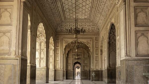 Dalam bahasa Persia, Badshahi berarti masjid sang raja. Memang, masjid ini didirikan oleh seorang Raja Mughal keenam bernama Aurangzeb Alamgair, putra pembangun Taj Mahal, Raja Shah Jahan. (iStock)