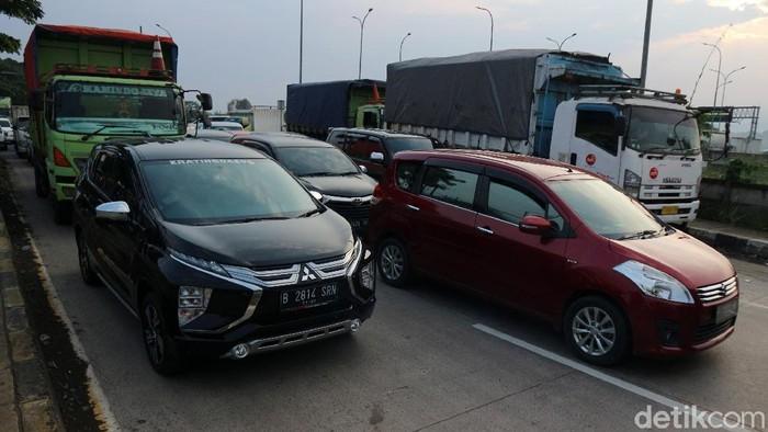Kendaraan terjebak kemacetan di Jalan Raya Sukabumi selepas pintu tol Cigombong, Sukabumi, Jawa Barat, Senin (26/4/2021).