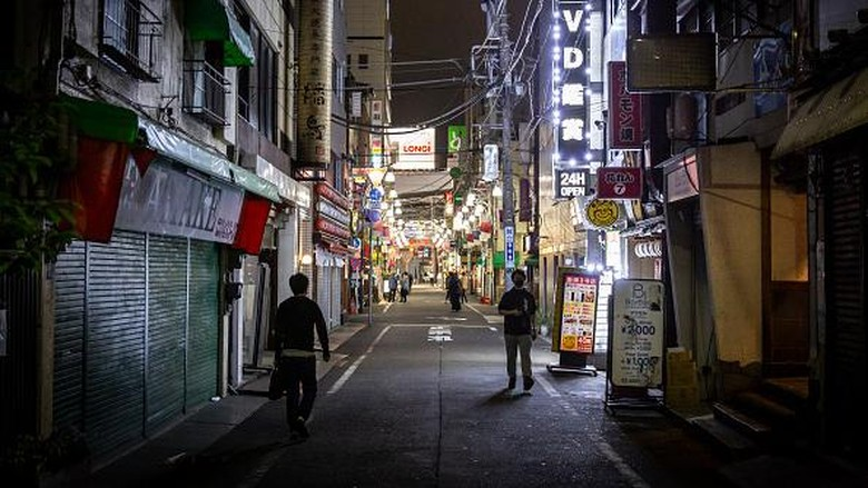 TOKYO, JAPAN - APRIL 25: A usually busy street in Shimbashi area is seen quiet during the current state of emergency on April 25, 2021 in Tokyo, Japan. A third state of emergency was introduced in Tokyo and the prefectures of Osaka, Kyoto and Hyogo today amid an increase in Covid-19 coronavirus cases across Japan. Department stores, bars and restaurants serving alcohol and cinemas are required to temporarily close and sports events will be held without spectators from April 25th to May 11th in an attempt to curb infections. With only three months to go until the Olympics, Japan has vaccinated less than one percent of its population in a program which is receiving widespread criticism for its slow pace. (Photo by Yuichi Yamazaki/Getty Images)