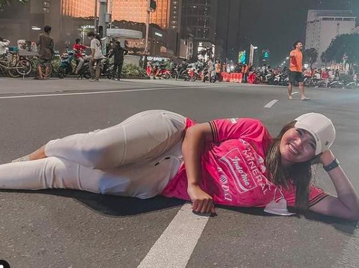 Jess Amalia tiduran di jalan