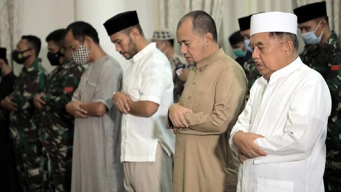 Ketua Dewan Masjid Indonesia (DMI) Jusuf Kalla didampingi Ibu Mufidah Kalla, putra-putri serta cucu dan bersama pengawalnya dari Paspampres dan Polri melaksanakan salat gaib di kediaman Jalan Brawijaya No 6, Jakarta Selatan, Minggu (25/4/2021).