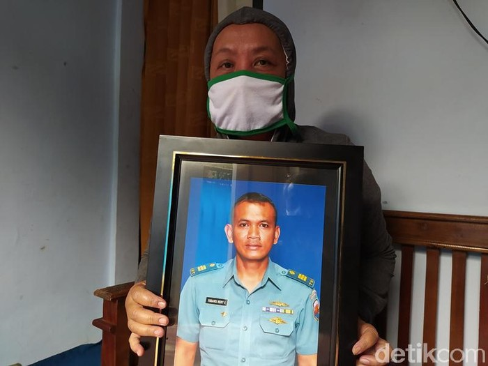 Keluarga menunjukkan foto Kapten Laut (E) Yohanes Heri di Kabupaten Magelang, Senin (26/4/2021).