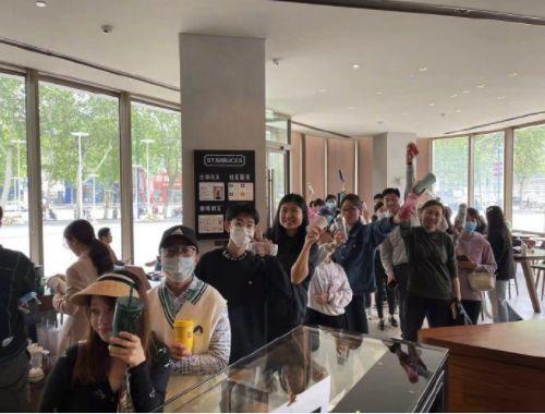 Netizen China Bawa Teko hingga Galon Demi Dapat Kopi Gratis