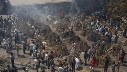 Ratusan jenazah korban COVID-19 menunggu antrean kremasi. Begitu banyaknya jumlah kematian membuat krematorium di India kewalahan.