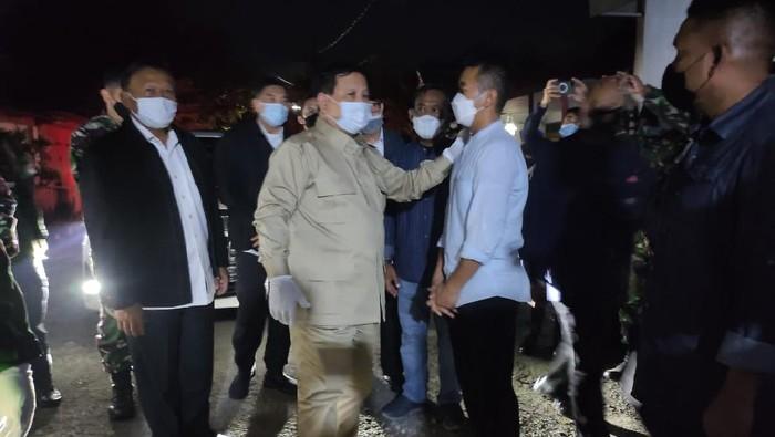 Menteri Pertahanan Prabowo Subianto mengunjungi rumah duka Kolonel Laut (P) Hari Setiawan. Menhan berjanji akan membiayai ke empat anak almarhum.