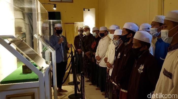 Museum Rosulullah berada di Jalan Suroyo, Kota Probolinggo. Museum ini berisi artefak nabi dan sahabat.