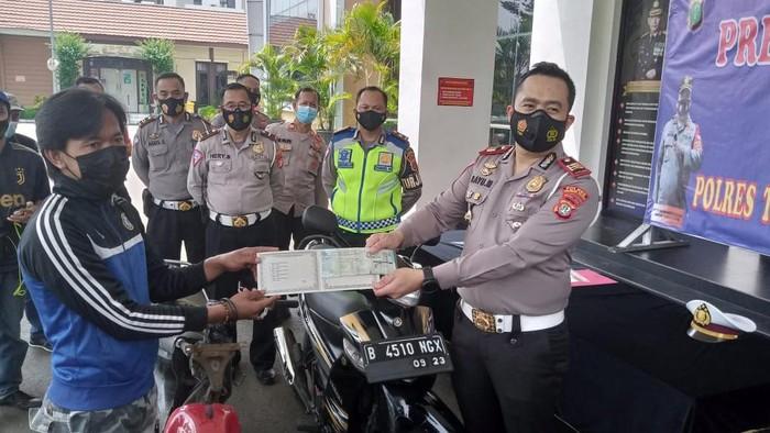 Pemotor santuy lepas tangan di Bintaro dinobatkan sebagai duta keselamatan berlalu lintas.