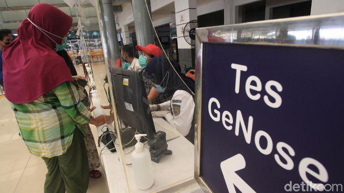 Calon penumpang mengantre untuk melaksanakan tes GeNose C19 di Stasiun Pasar Senen, Jakarta, Senin (26/4/2021). Satuan Tugas Penanganan COVID-19 mengeluarkan aturan baru terkait pengetatan syarat berlaku hasil tes COVID-19 untuk Pelaku Perjalanan Dalam Negeri (PPDN) dengan mewajibkan mereka untuk menunjukkan hasil negatif RT-PCR/rapid test antigen dengan sampel yang diambil maksimal 1 x 24 jam sebelum keberangkatan, atau surat keterangan hasil negatif tes GeNose C19 sebelum keberangkatan di bandara, pelabuhan, stasiun maupun rest area.