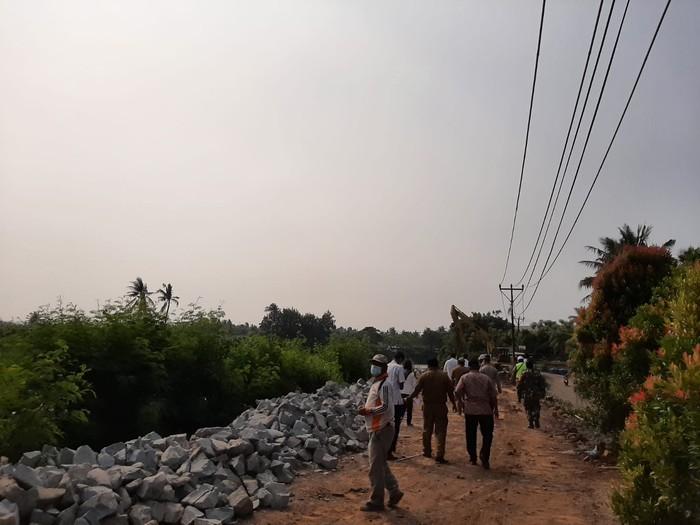 Perbaikan longsor Jl Tanjung Burung, Kabupaten Tangerang. (Dok Istimewa via Kepala Desa Tanjung Burung, Idris Efendi)