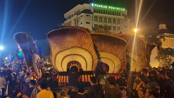 Bupati Ponorogo Sugiri Sancoko mengecam pertunjukan Reog yang digelar di alun-alun saat sahur pada Sabtu (24/4). Pertunjukkan itu disesalkan karena mengabaikan prokes.