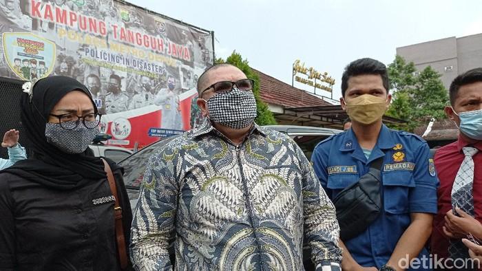 Petugas damkar Kota Depok, Sandi Junior Butar Butar (kanan) dan kuasa hukumnya, Razman Arif Nasution (tengah) datang ke Polres Metro Depok. Foto: Sachril Agustin/detikcom