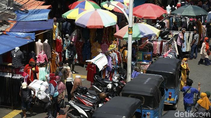 Meski ditertibkan berulang kali, pedagang kaki lima tetap membandel dan nekat berjualan di atas trotoar di kawasan Tanah Abang, Jakarta. Begini penampakannya.