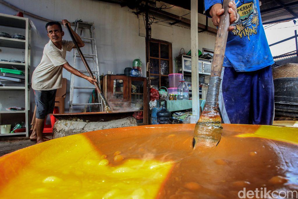 Sentra pembuatan dodol khas Betawi di kawasan Pasar Minggu, Jakarta, mengalami peningkatan sebanyak 80 persen jelang Lebaran.