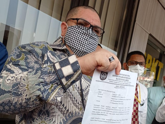 Razman Nasution menunjukkan surat teguran yang diterima kliennya, Sandi pembongkar korupsi