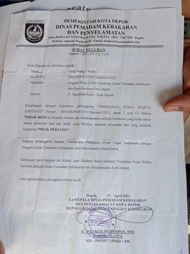 Razman Nasution menunjukkan surat teguran yang diterima kliennya, Sandi 'pembongkar korupsi'