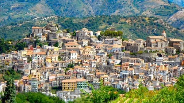 Kota Castiglione ini menjual banyak sekali rumah. Kira-kira ada 900 rumah terlantar di sana.