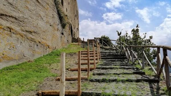 Trekking sungai, arung jeram, bersepeda, berkuda, dan jalur hiking tersedia di sana. Perbukitan berwarna lava gelap Kota Castiglione dihiasi reruntuhan benteng Yunani dan kapel Bizantium dengan terowongan rahasia.