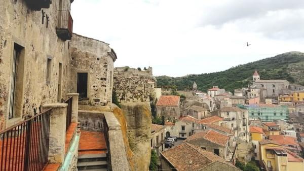 Rumah seharga 1 euro sebagian besar berlokasi di bagian kota tua. Sekitar setengahnya rusak.