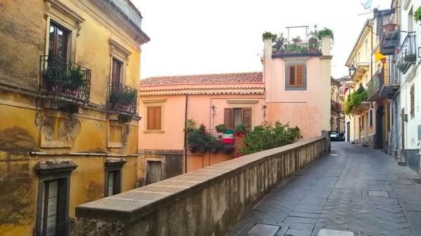 Wali Kota Antonino Camarda melakukan proyek ambisius untuk menghidupkan kembali desanya. Populasi kota itu telah menyusut dari 14.000 pada awal 1900-an menjadi 3.000-an saat ini.