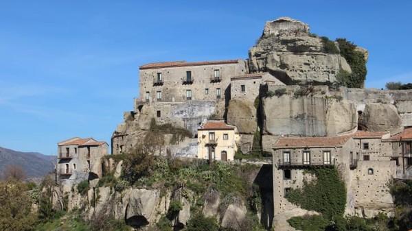 Beberapa kota lain yang menjalankan skema serupa telah menjual banyak rumah kerja seharga € 1. Sedang rumah di Kota Castiglione, Sicilia berharga properti sesuai dengan kondisi mereka.