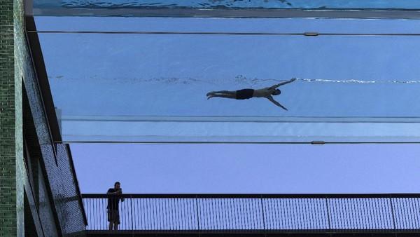 Kolam renang bergaya akuarium di atas London ini diisi dengan 148.000 liter air.