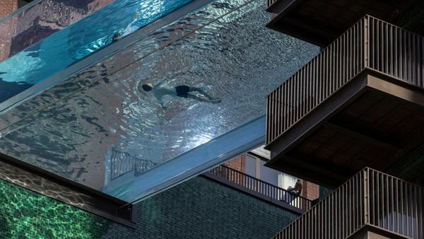 Warga berenang di sky pool atau kolam langit di London, Inggris.