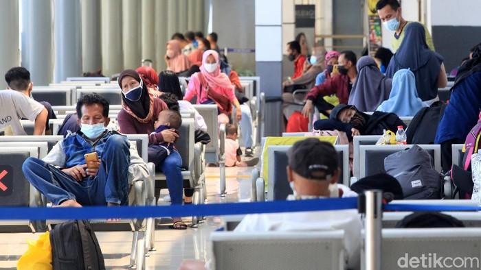 Para calon penumpang terlihat di Stasiun Pasar Senen, Jakarta, Senin (26/4/2021).  Arus mudik lebaran yang diperketat belum terlihat mencolok di stasiun tersebut.