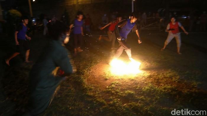Bermain sepak bola api menjadi tradisi turun temurun untuk menyemarakkan bulan Ramadhan di Indonesia. Seperti anak-anak di Kompleks Sakura Regency 2 Bojongkulur Indah, Kabupaten Bogor, Minggu (25/04/2021) malam, menyemarakkan malam Ramadhan, dengan bermain tradisi sepak bola api di area lapangan usai salat Tarawih.
