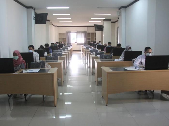 Universitas Brawijaya (UB) menggelar Ujian Tulis Berbasis Komputer (UTBK) Seleksi Bersama Masuk Perguruan Tinggi Negeri (SBMPTN) tahap II. UTBK akan digelar dua hari mulai hari ini.