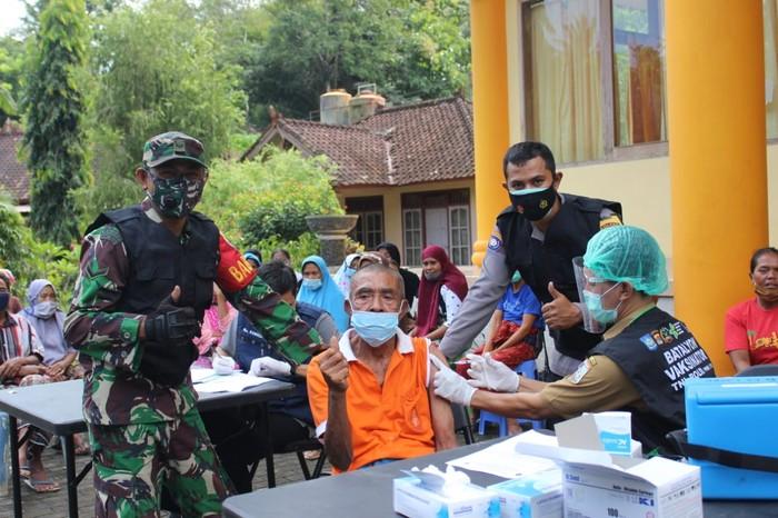 Vaksinasi lansia di Lombok Barat