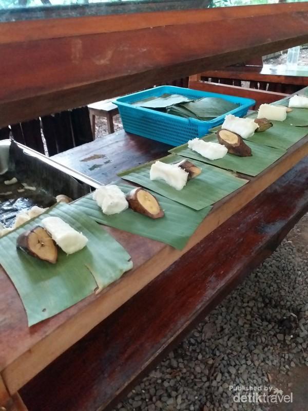 Snack yang disediakan dalam perjalanan menuju jembatan gantung.