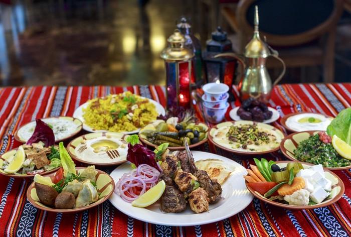 5 Adab Makan Sahur Menurut Ajaran Islam, Simak Yuk!